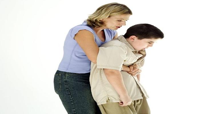 chữa hóc xương cá bằng cách đẩy bụng và vỗ lưng