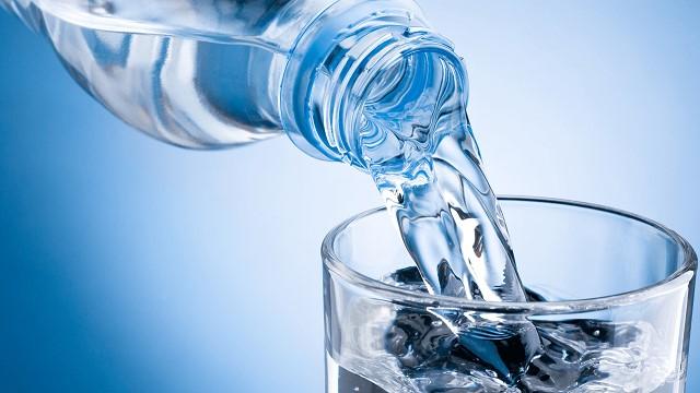 Uống đủ từ 2,5 đến 3l nước để hỗ trợ giảm cân và hạn chế sự thèm ăn