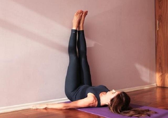 Bài tập yoga tư thế dựa chân vào tường