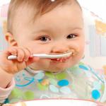 Tập cho trẻ 5 tháng ăn dặm