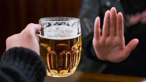 Người bệnh gout nên kiêng hoàn toàn rượu bia