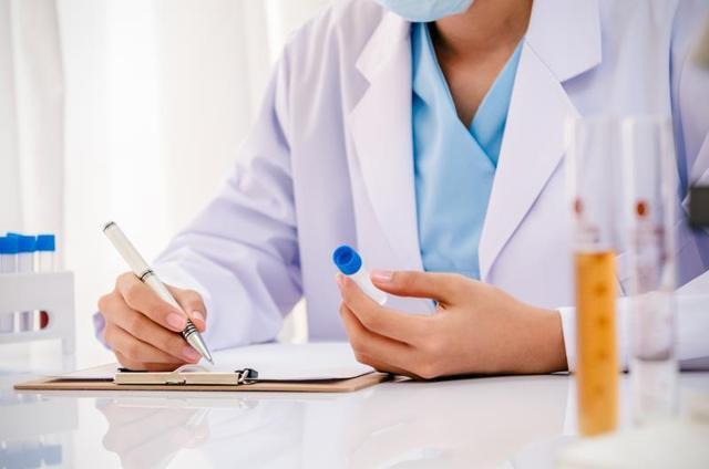 Chẩn đoán xác định bệnh gout cần dựa vào chỉ số axit uric kết hợp các xét nghiệm và triệu chứng lâm sàng khác